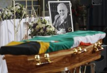 Photo of South Africans pay tribute to former Mandela lawyer Bizos